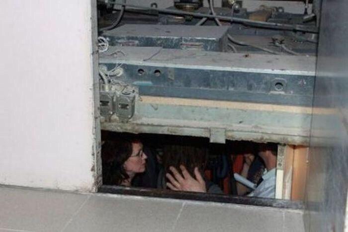 Лифт с медработниками «Скорой помощи» ипациенткой сорвался сшестого этажа