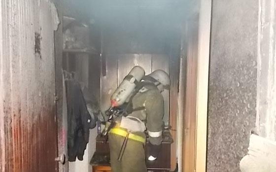 МЧС спасло 3 человек. интенсивный пожар в многоэтажном здании вУльяновске