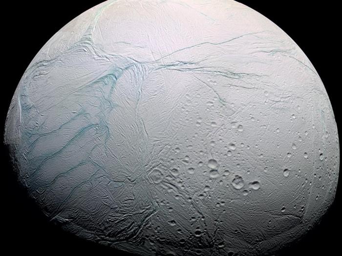 На Энцеладе нашли теплый океан