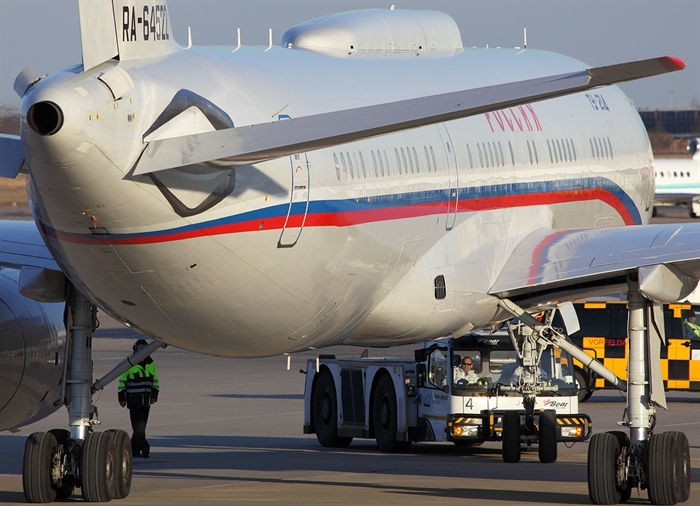 Медведев лазером сварил крыло самолета вУльяновске