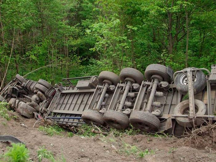 Грузовой автомобиль вылетел вкювет вУльяновской области