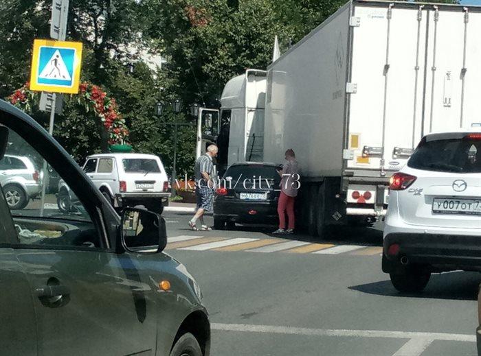 Опубликованы фото ДТП в центре Ульяновска, где легковушка протаранила грузовик