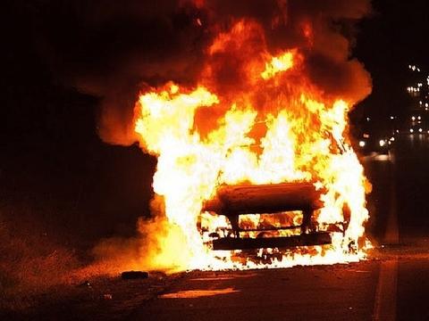Сегодня ночью вУльяновске сгорели два автомобиля иодин асфальтоукладчик