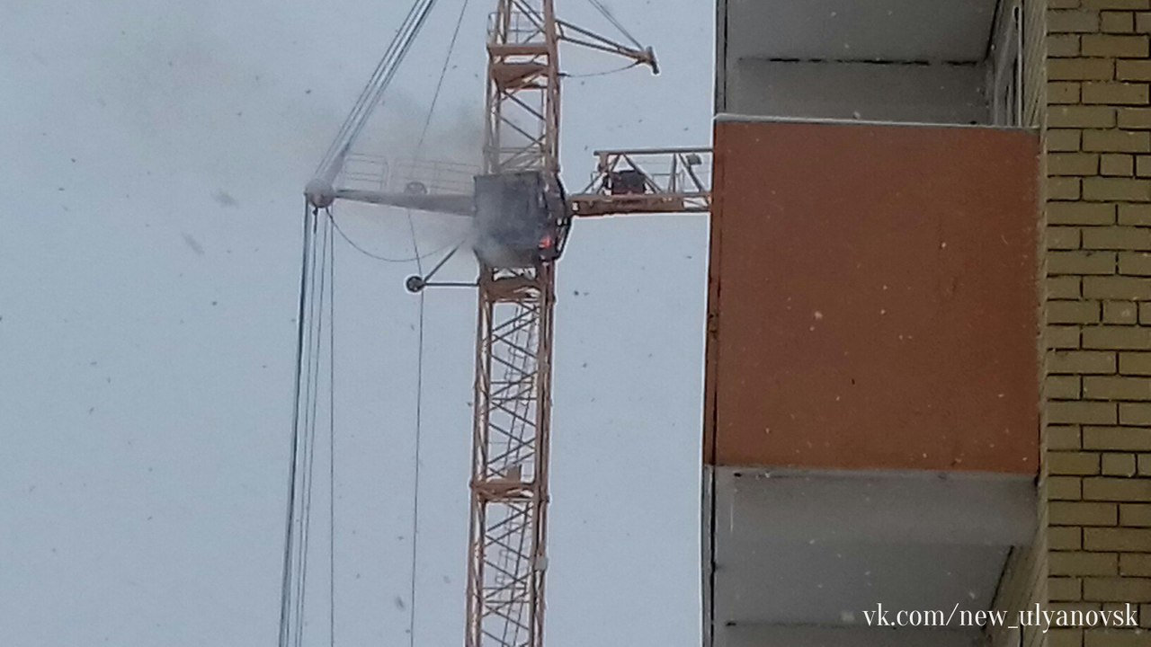 Рабочий чудом спасся изгорящего башенного крана