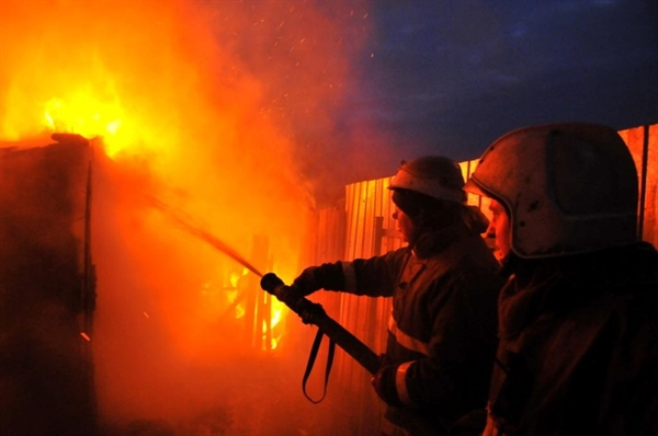 Ночью вКарсунском районе полыхнул дом, вкотором спал двадцатилетний парень