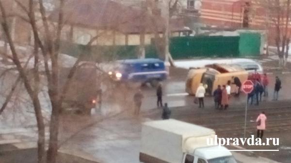 Наулице Локомотивной вУльяновске перевернулась маршрутка №91