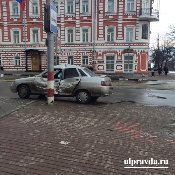 ВУльяновске столкнулись «Скорая помощь» и«ВАЗ-2110», есть пострадавшие