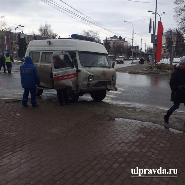 ВУльяновске столкнулись «скорая помощь» иВАЗ-2110: есть пострадавшие